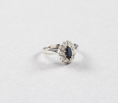 Ring i 18 k vitguld safir diamanter