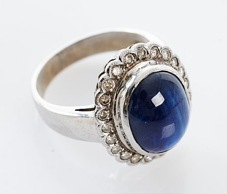 Ring 18 k vitguld safir och diamanter