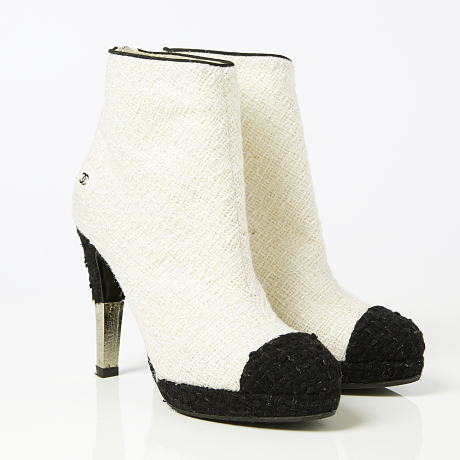 Chanel ankelboots i benvit tweed med monogram